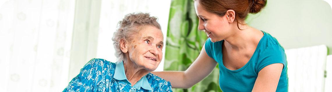 Notre vision (Image en-tête) Une jeune dame aide une femme.